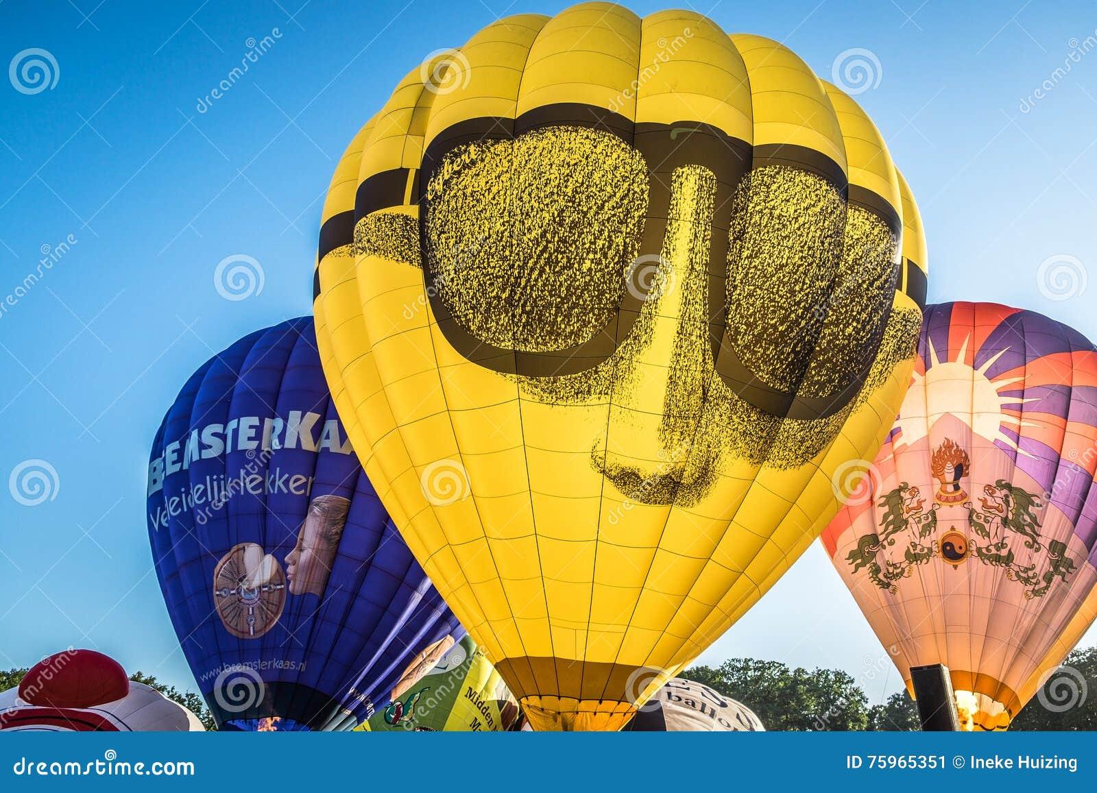Palloni che sono gonfiati al festival, Barneveld, Paesi Bassi