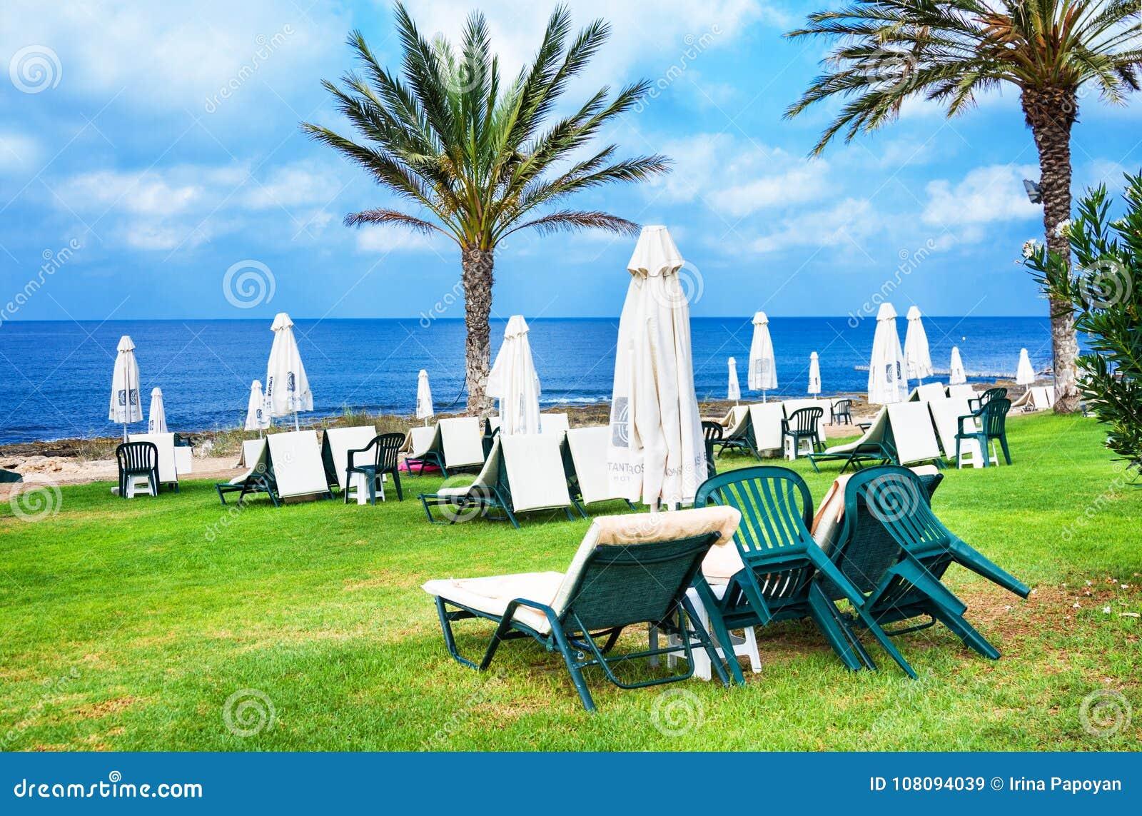 Palm Beach avec des lits pliants vides contre Constantinou Bros Athena Beach Hotel L hôtel était entièrement au sujet de