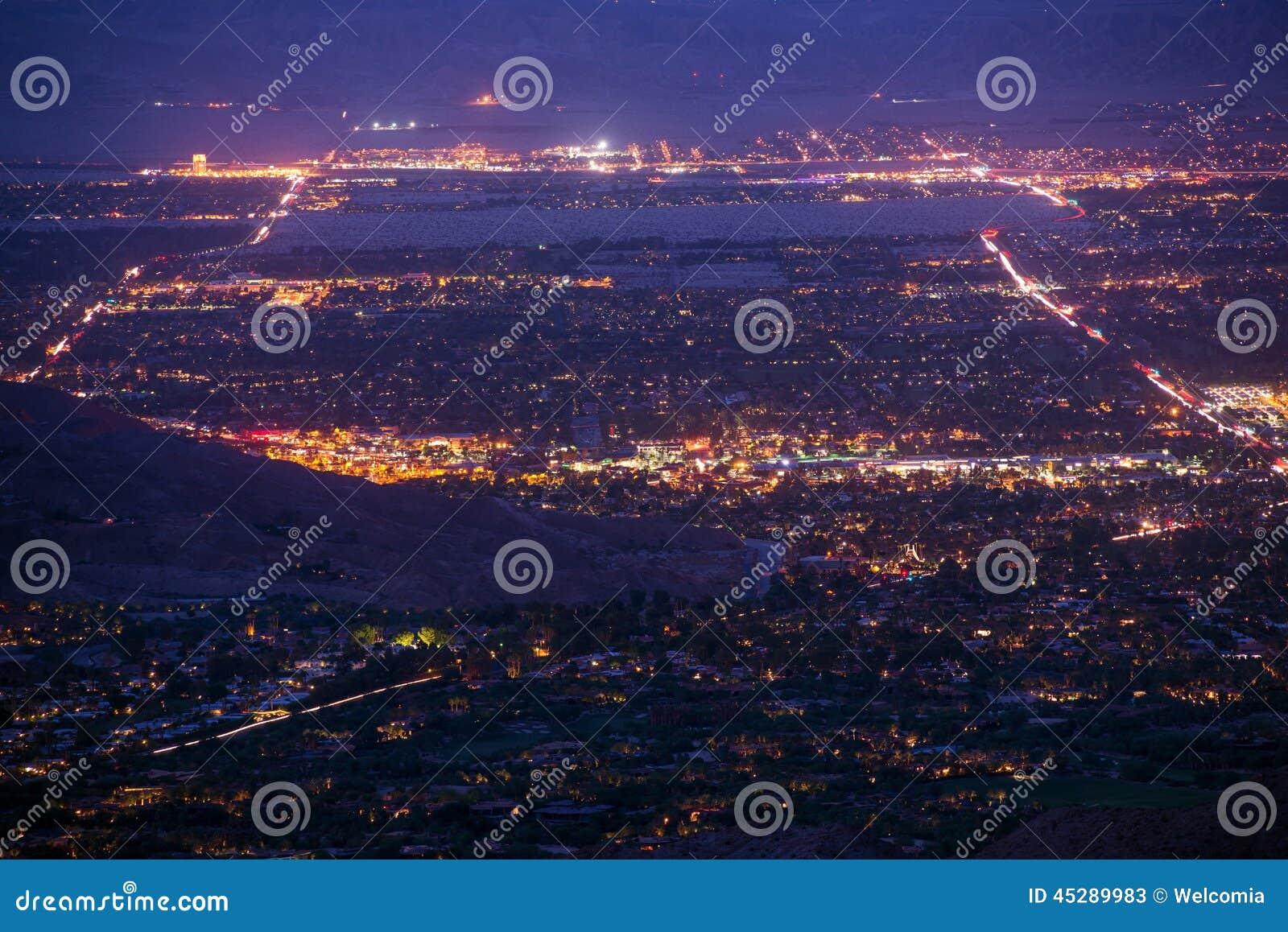 Palm- Desertnachtpanorama stockbild. Bild von straßen - 45289983