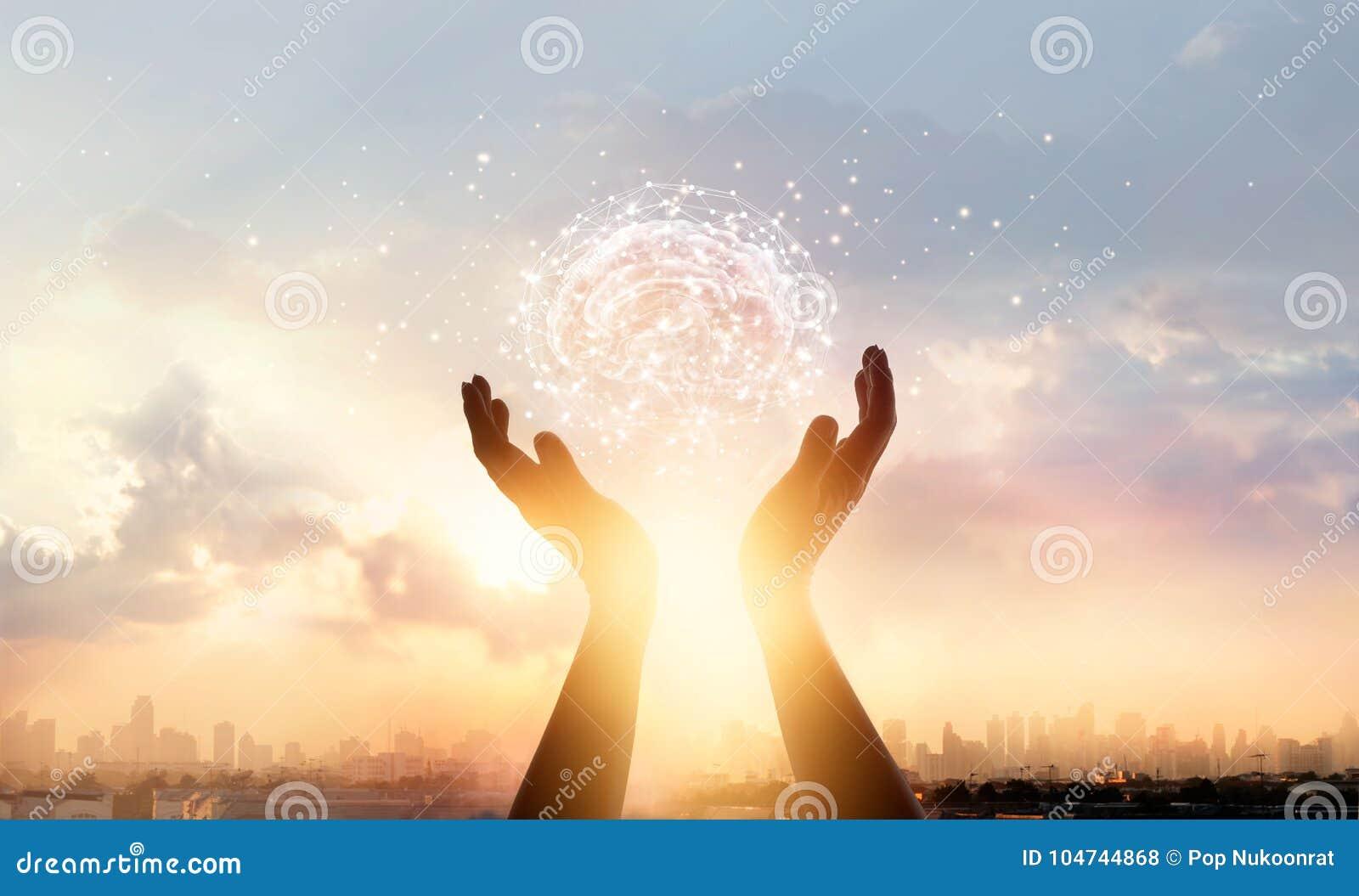 A palma abstrata entrega cérebro tocante com conexão de rede