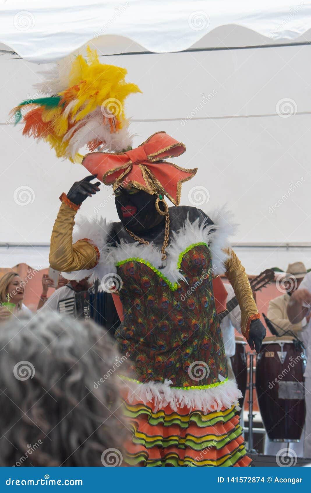 PALMA DEL LA DE SANTA CRUZ DE, ISLAS CANARIAS, ESPAÑA - 4 DE MARZO DE 2019: La Negra Tomasa Dance durante partido del carnaval de