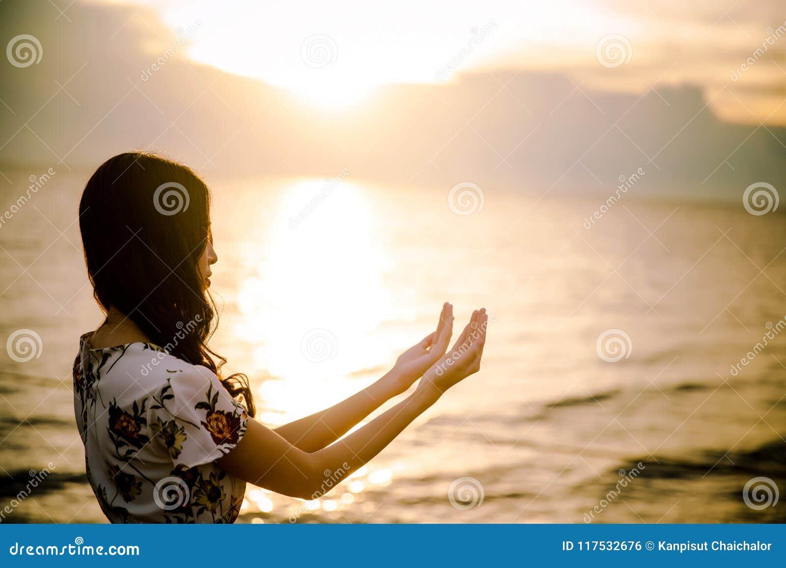 A palma humana entrega a ação como reza para adorar