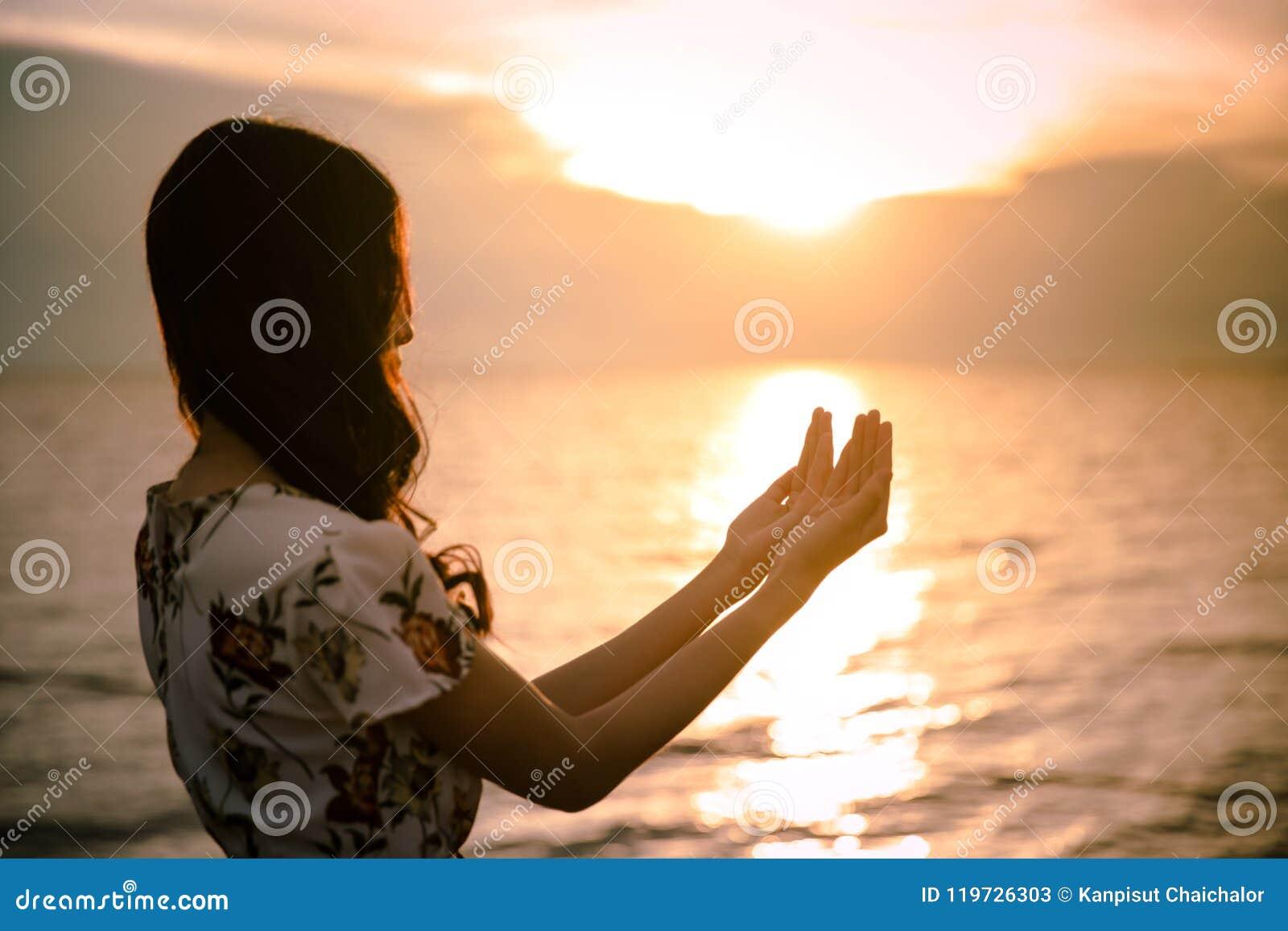 A palma humana entrega a ação como reza para adorar símbolo para a adoração à cristandade de Jesus christ
