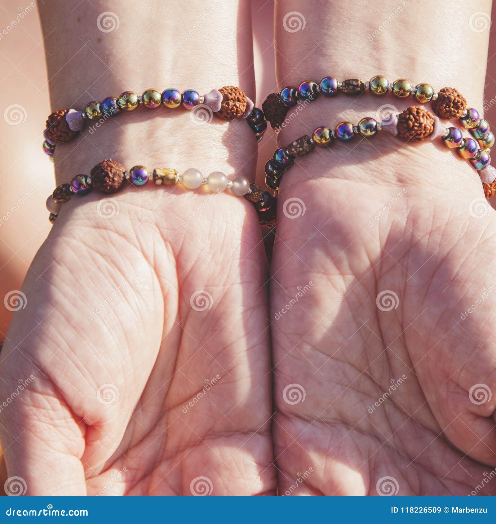 Palmas femeninas con las pulseras naturales
