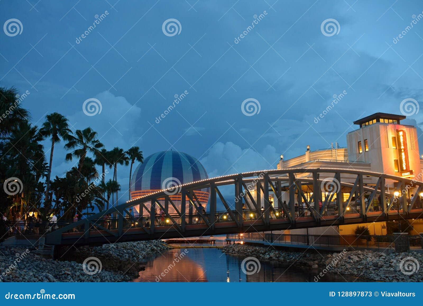 Palmen, Brücke, Bunter Luftballon Und Italienisches ...