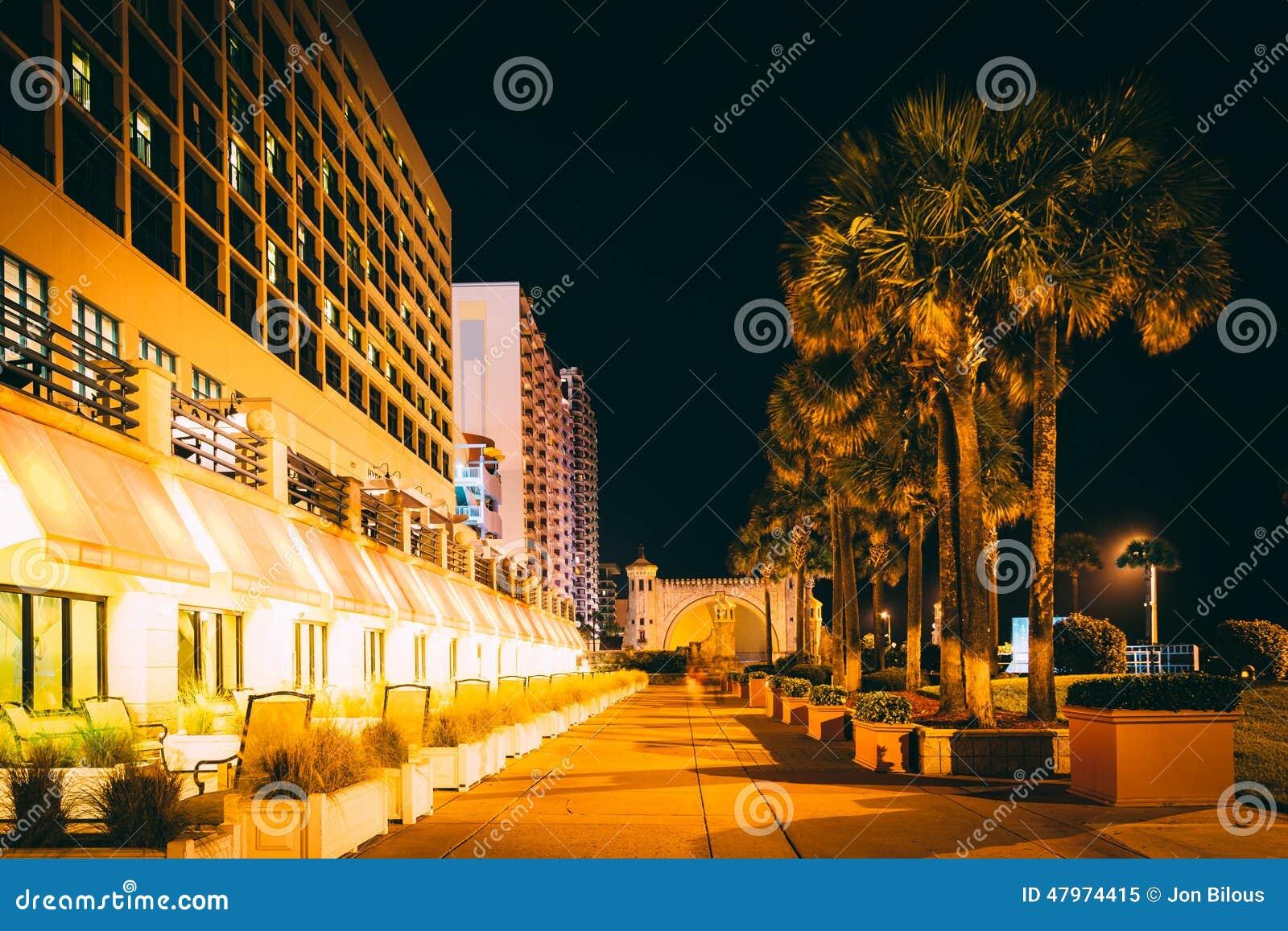 Palmen en hotels bij nacht, in Daytona Beach, Florida