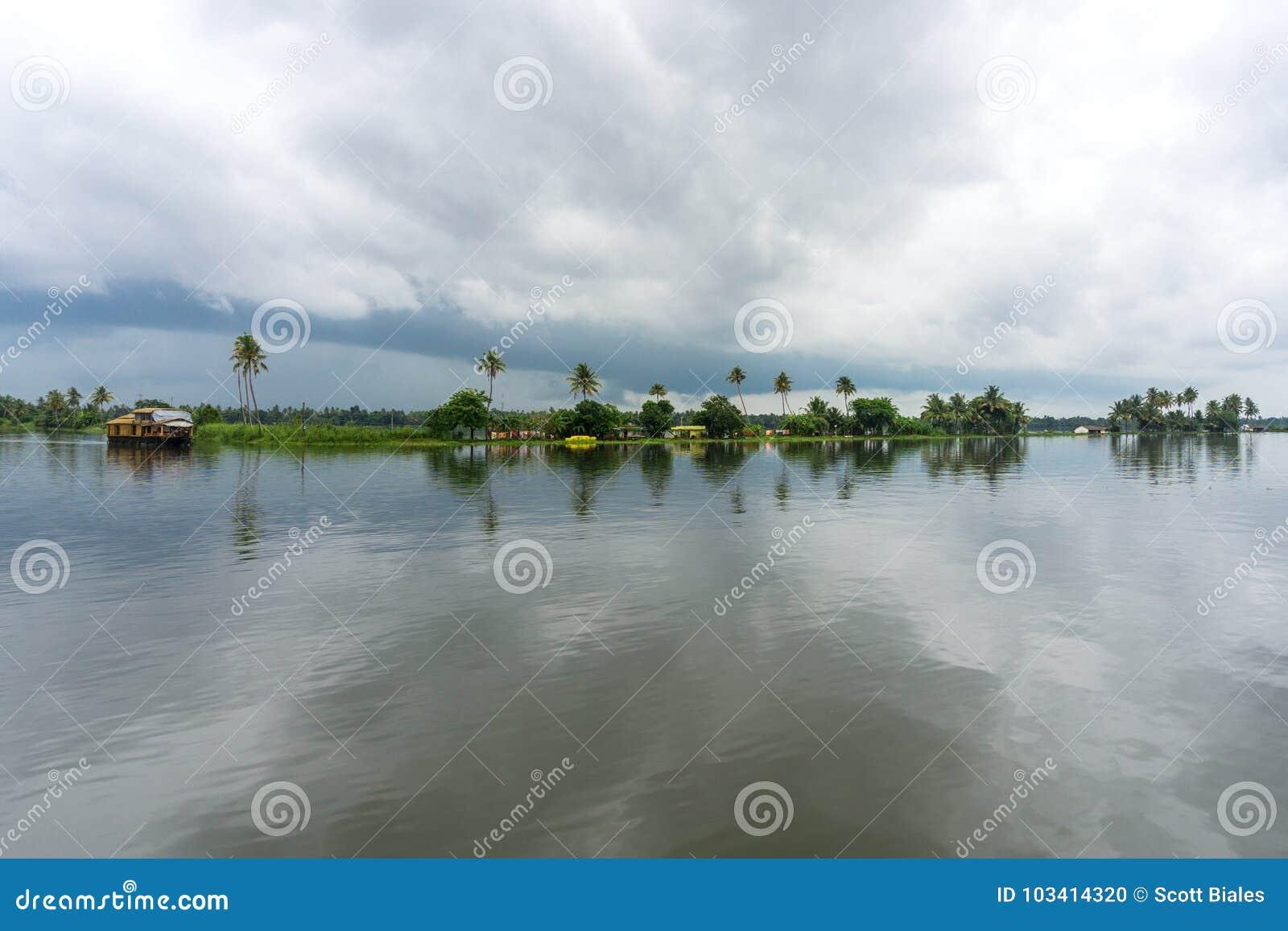 Palmiers et cieux nuageux sur les mares du Kerala