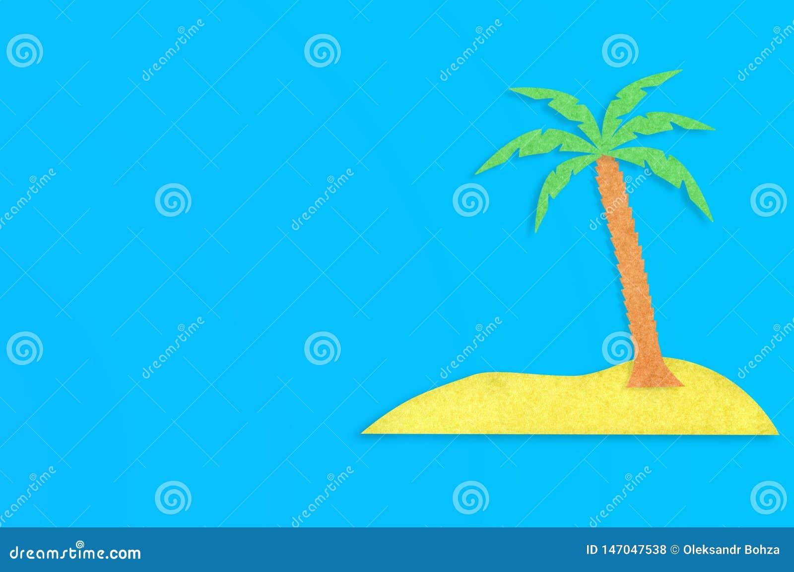 Palmträdet med sidor och den gula ön klippte ut från papper på den blåa tabellen Top besk?dar Minimalismbegrepp - bild