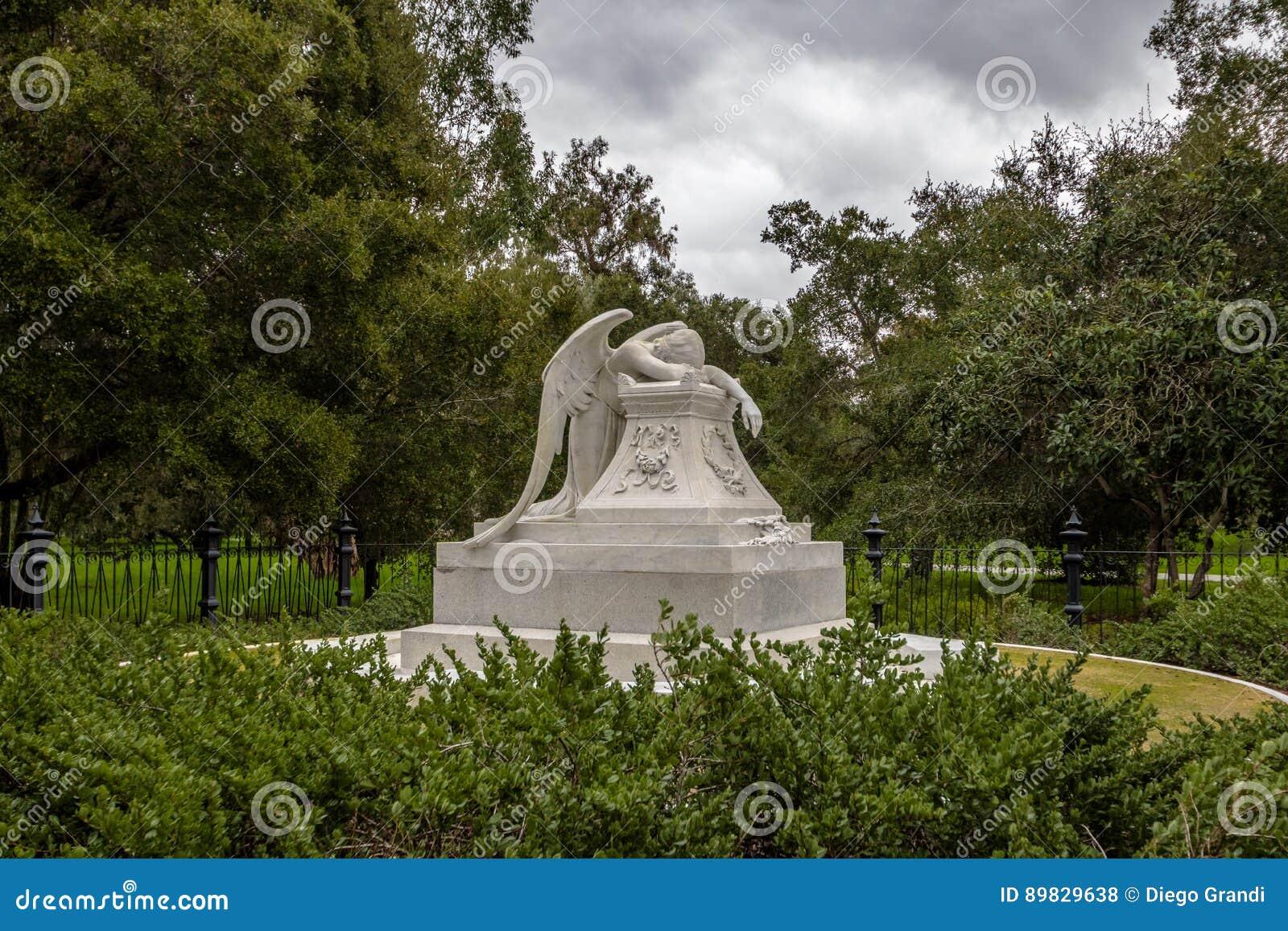 PALO ALTO, usa - Styczeń 11, 2017: Anioł żal statua przy