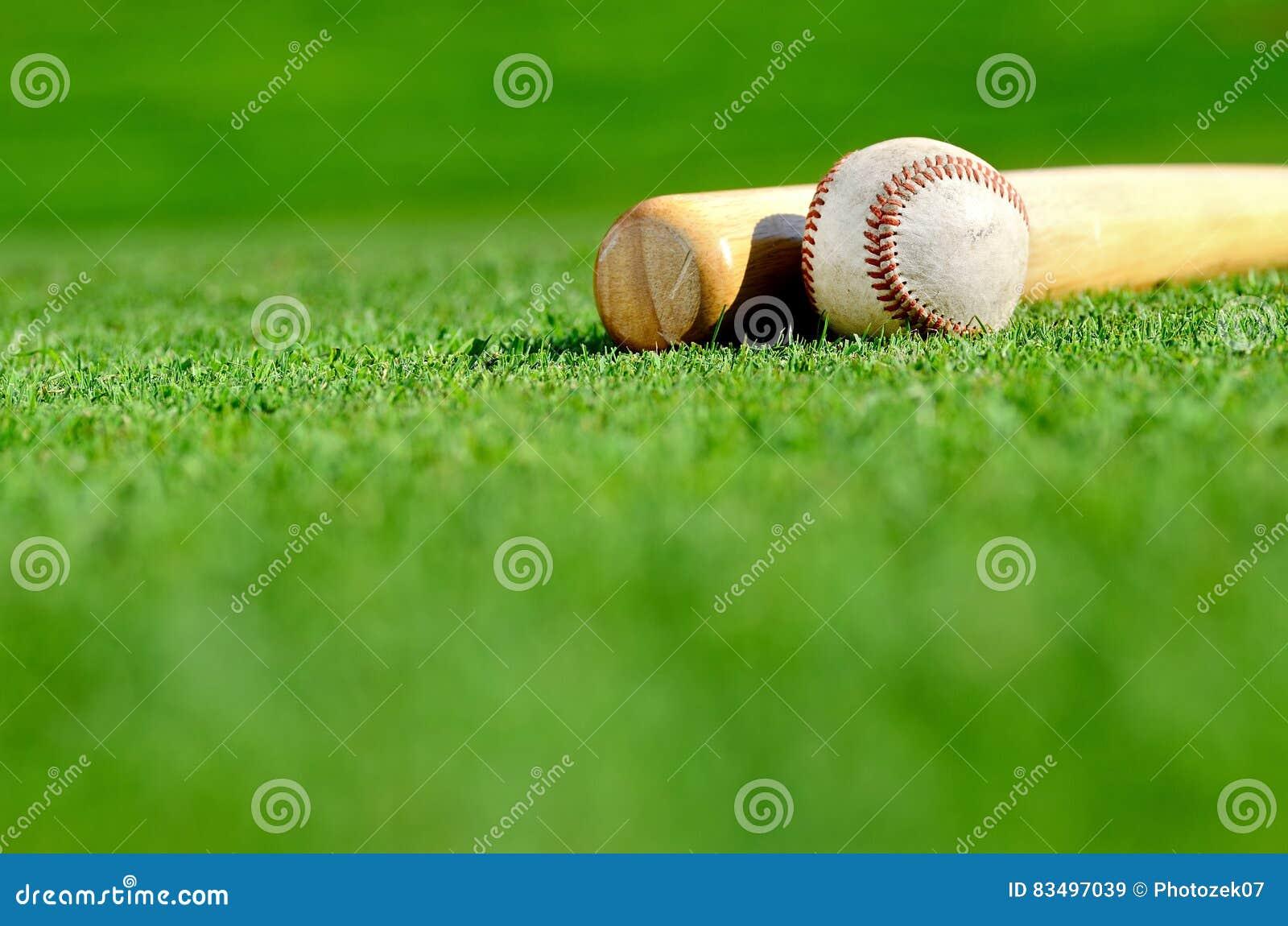 Palo de madera y béisbol