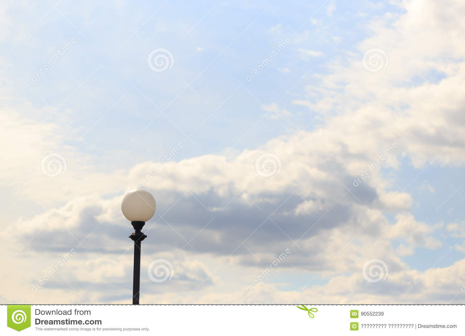 Palo della luce solo contro il cielo e le nuvole