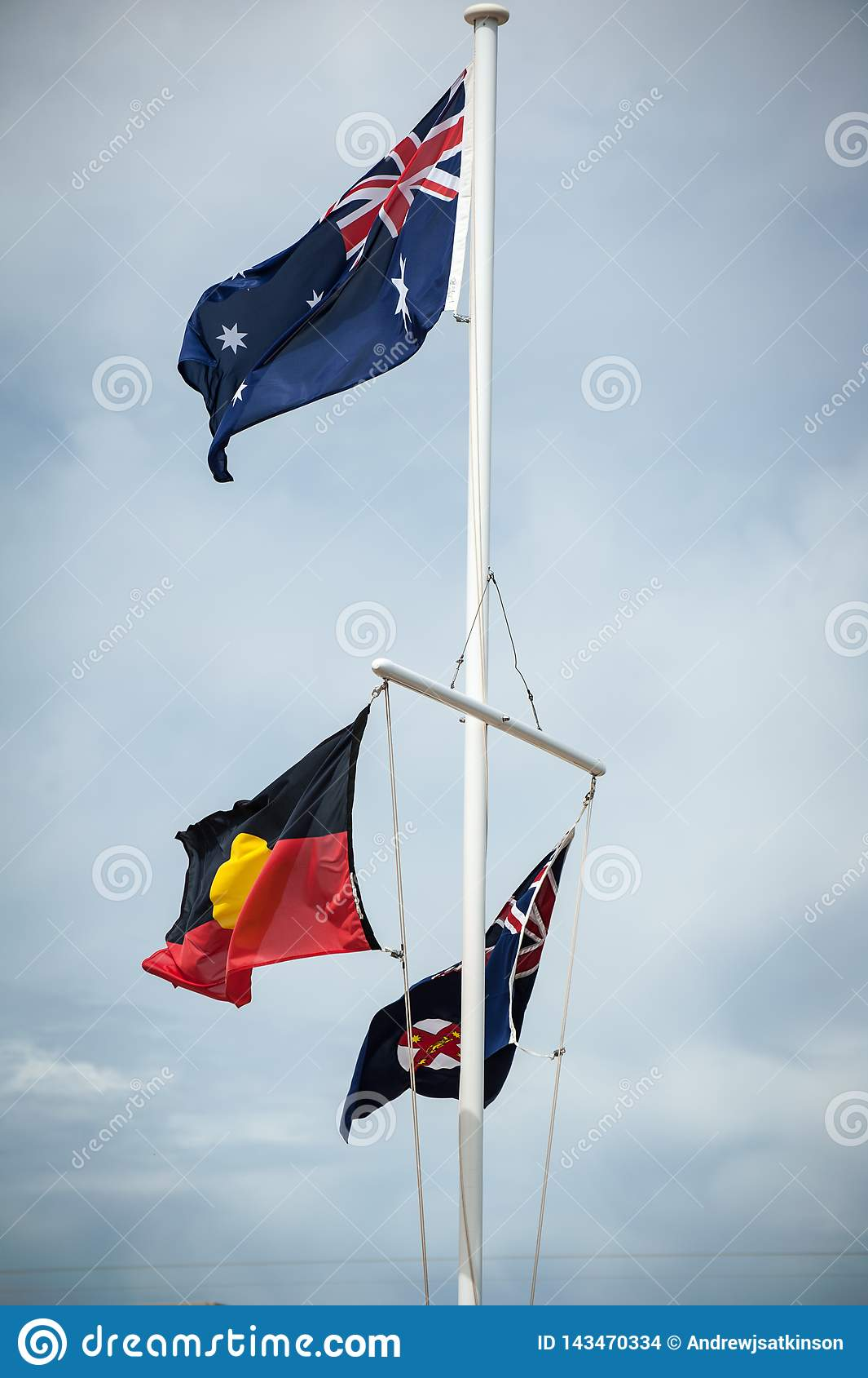 Palo di bandiera che batte le bandiere aborigene e del Nuovo Galles del Sud dell australiano,