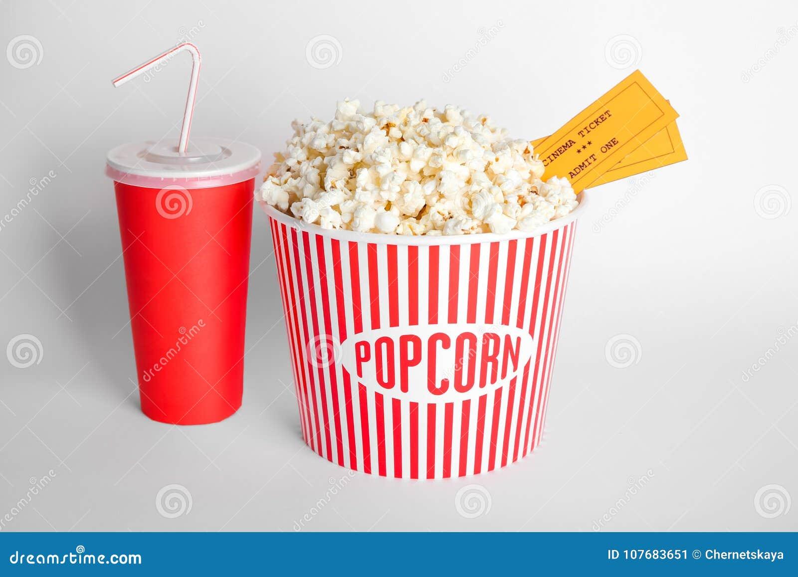 Palomitas sabrosas, taza con la bebida y boletos de la película