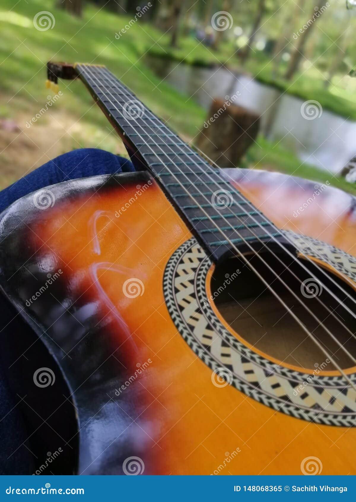 Palying-Gitarre im schönen Platz