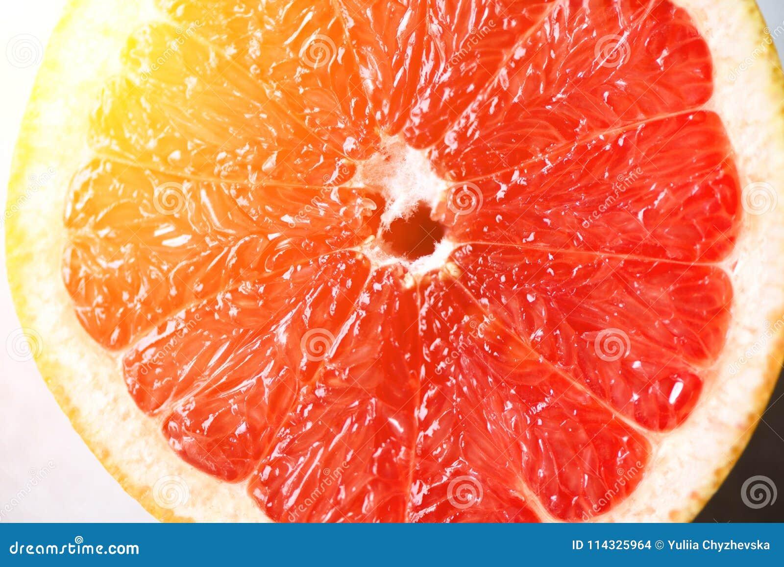 Pampelmuse geschnittene Hälfte auf grauem Hintergrund Zitrusfrucht-Makro Kopieren Sie Raum, Draufsicht Sommerlebensmittelkonzept