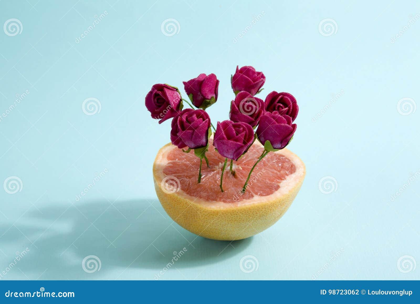Pamplemousses et roses rouges