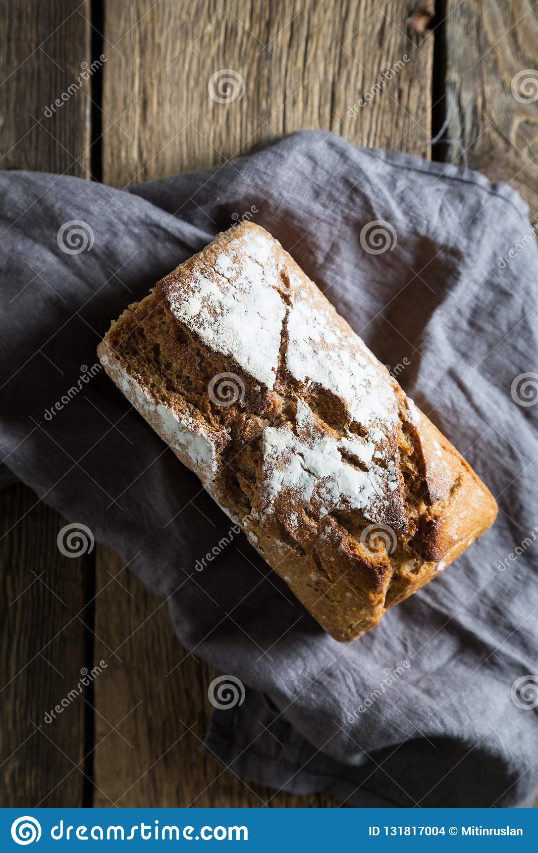 Pan ácimo en una tabla de madera