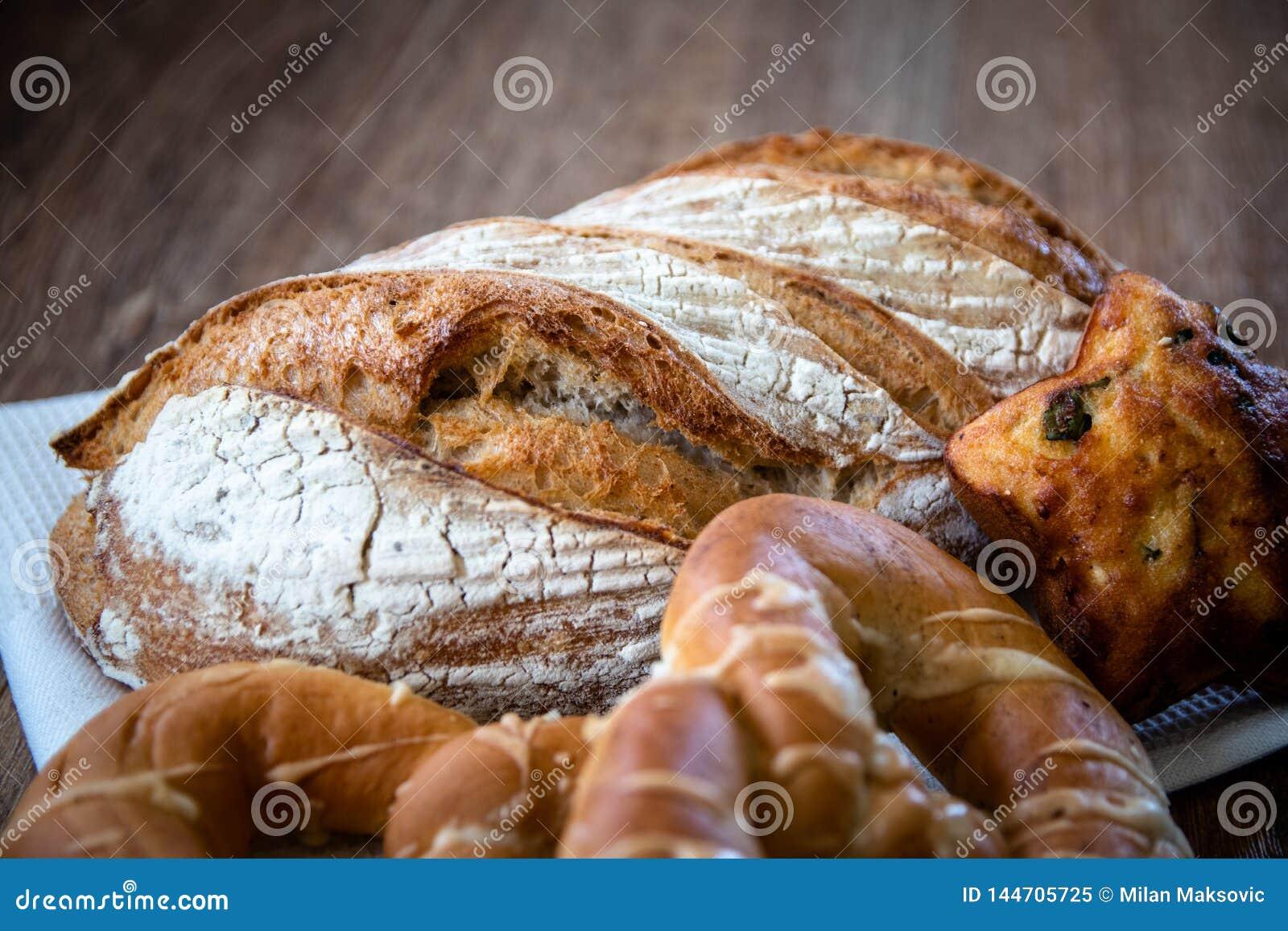 Pan ácimo entero orgánico y pasteles recientemente cocidos sanos hechos en casa del grano