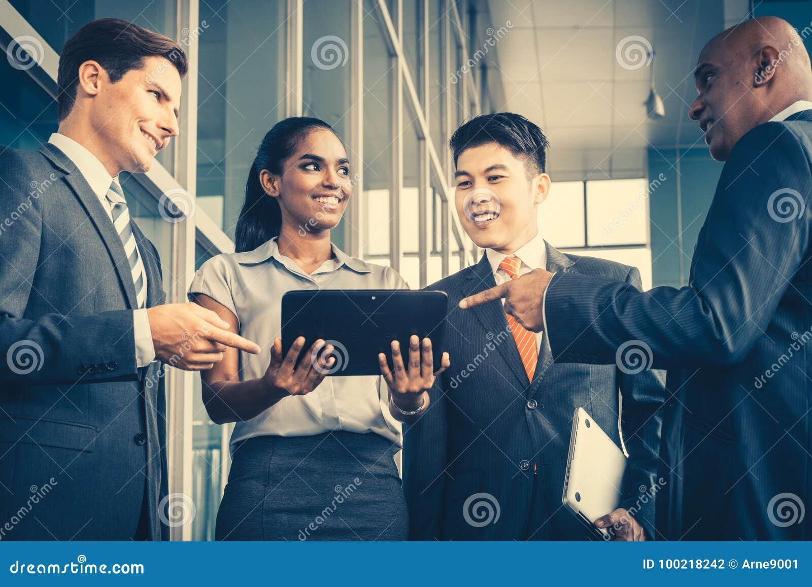 Pan Asian en Kaukasisch commercieel team die tabletcomputer bekijken