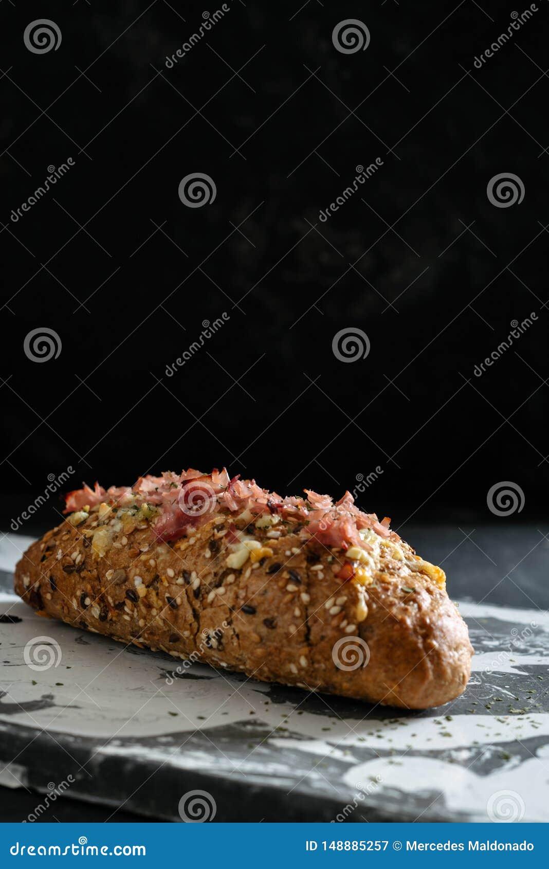 Pan caseoso cocido fresco del tir?n aparte, con ajo y mantequilla de hierbas