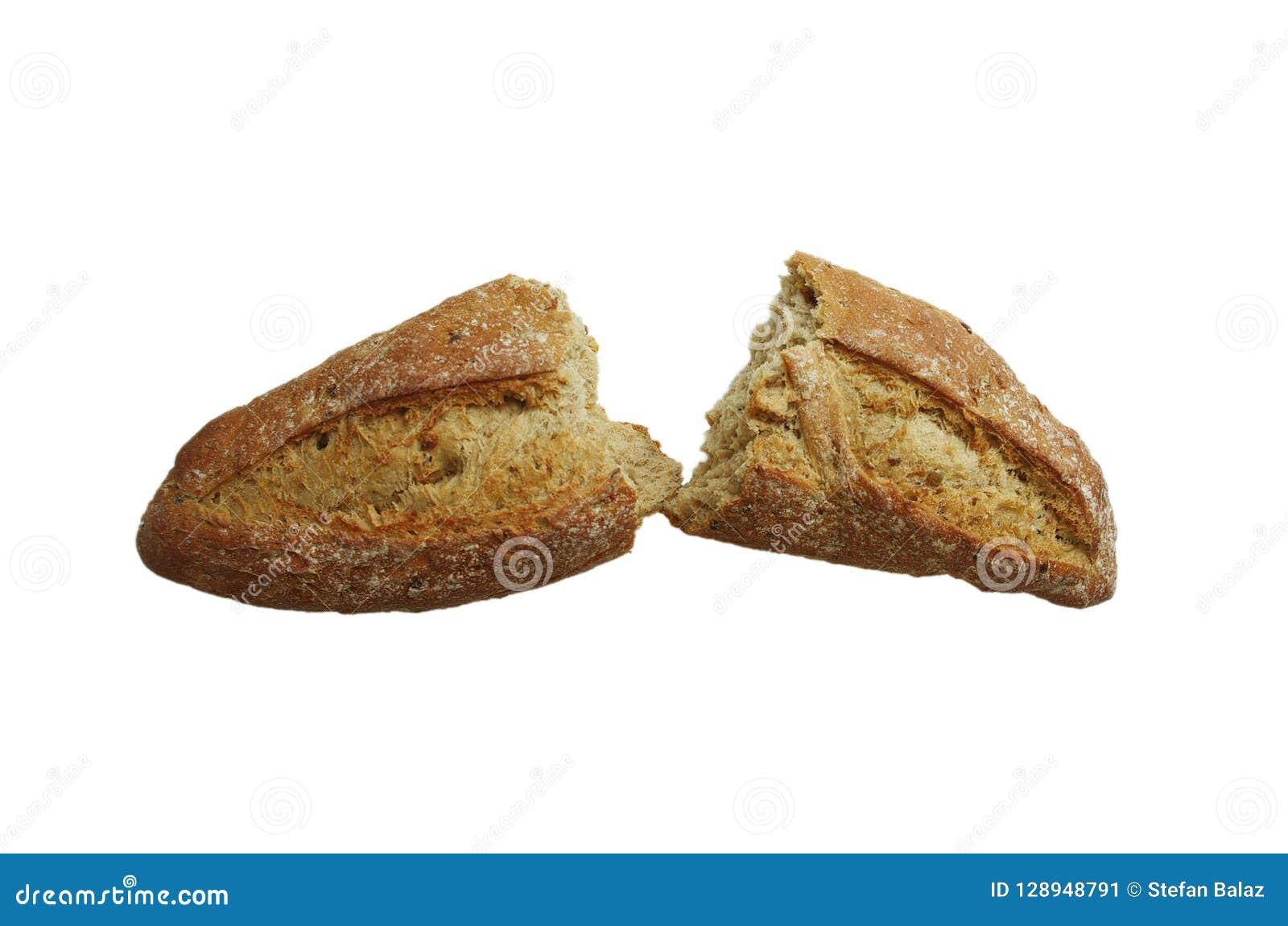 Pan cocido fresco del pan roto por la mitad aislada en el fondo blanco, el concepto de la comida, el verano seco y la gente hambr