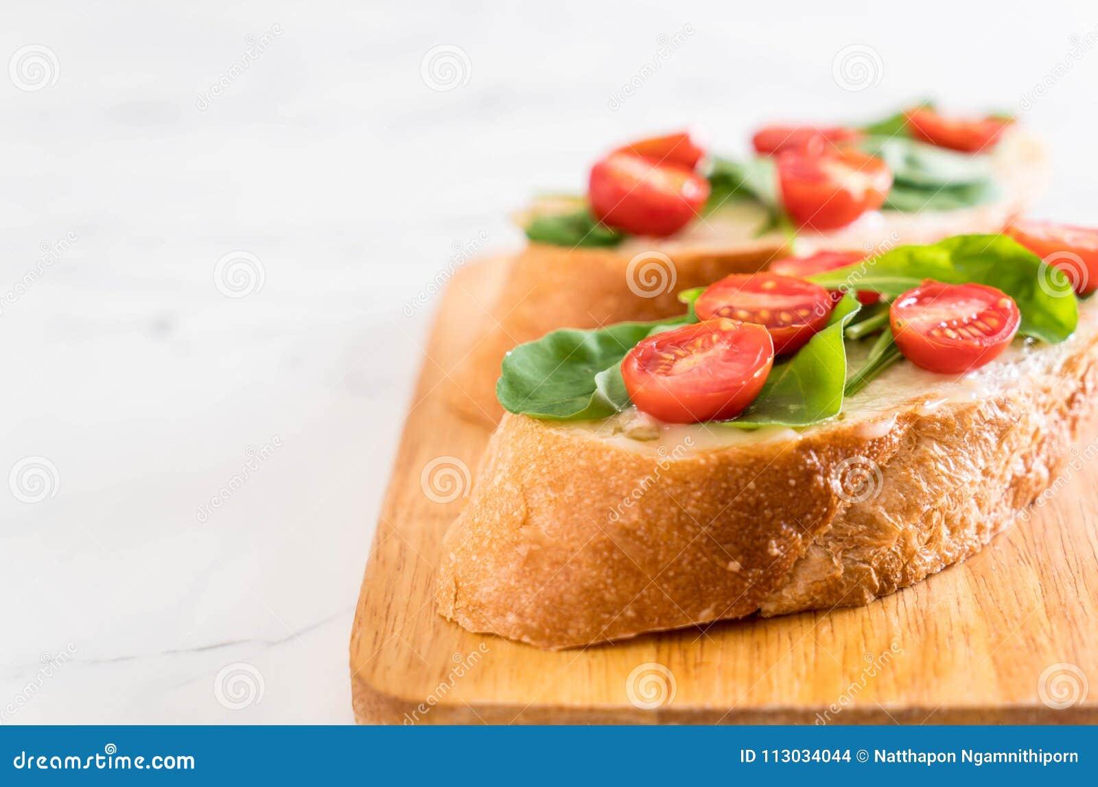 Pan con el cohete y los tomates