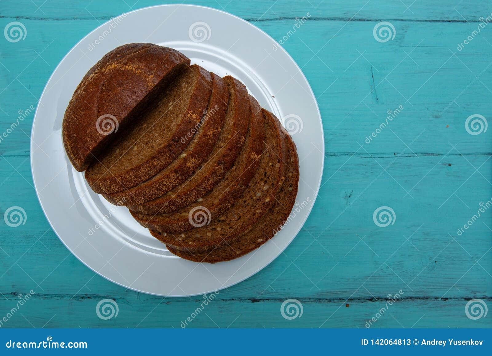 Pan de centeno cortado en la tabla de madera