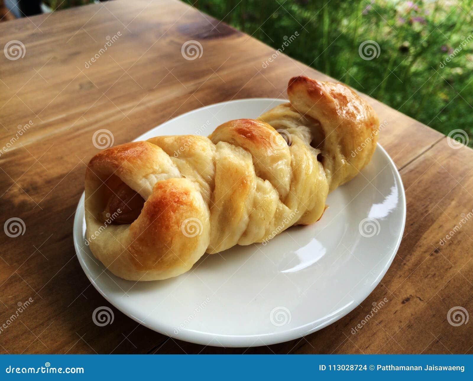 Pan de la salchicha hecho en casa en el plato blanco
