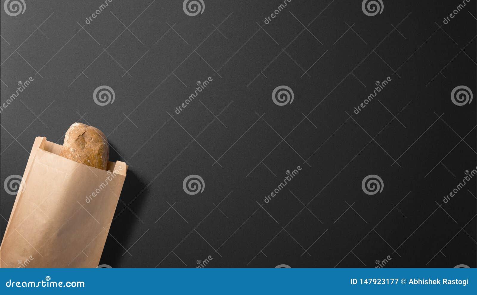 Pan del pan en sobre en fondo negro