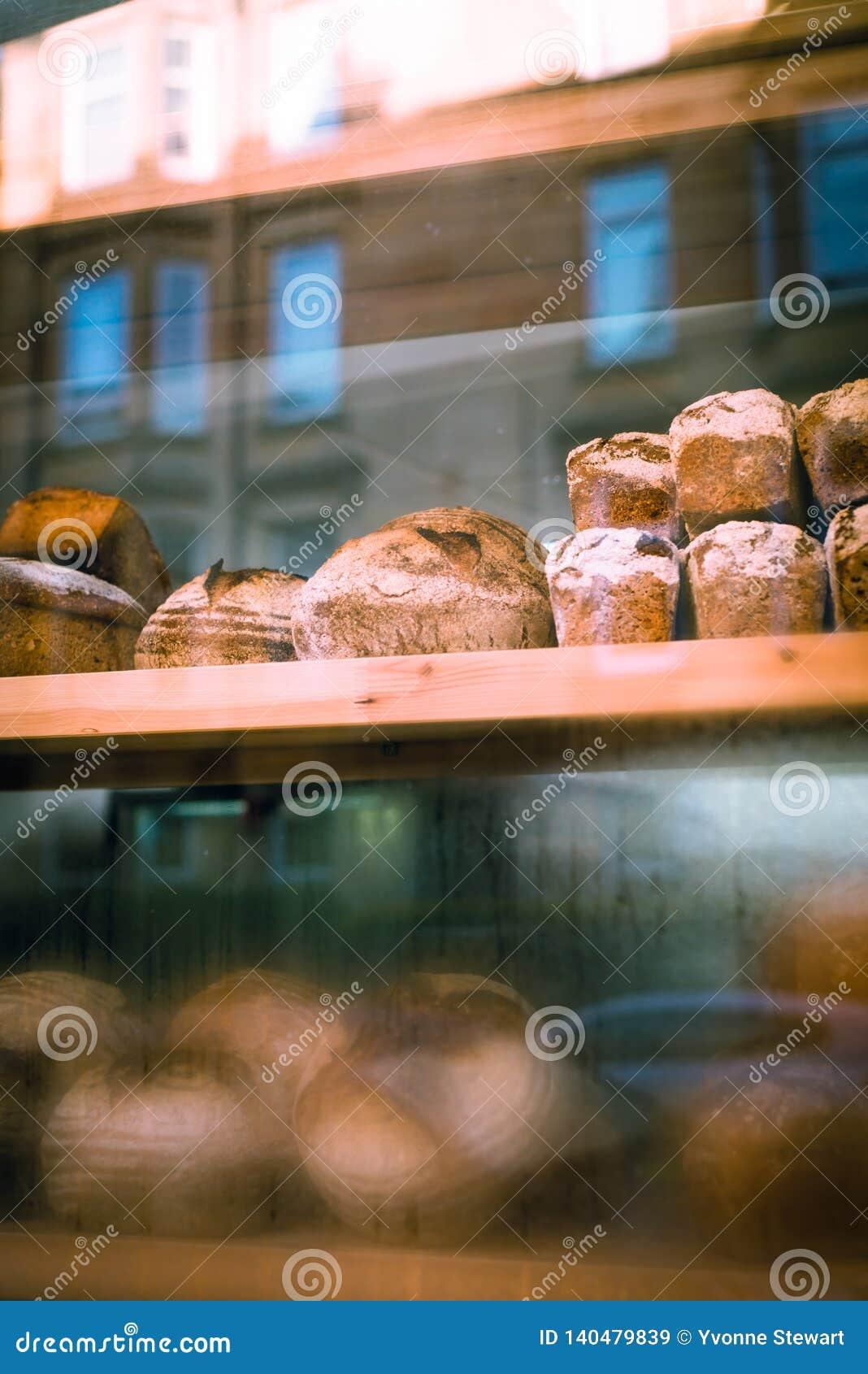 Pan en la ventana de una panadería
