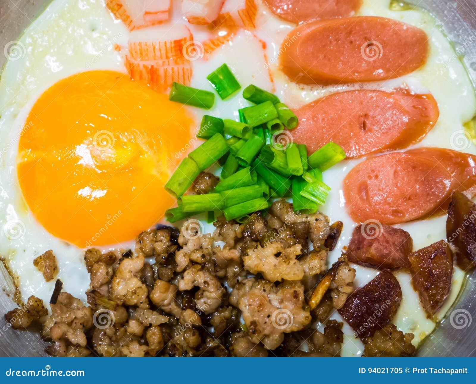 Pan-gebratenes Ei mit Belägen