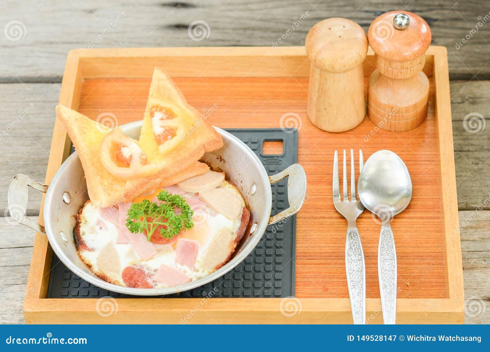 Pan-gebratenes Ei mit Belägen auf hölzernem Hintergrund Fr?hst?cksnahrung in der thail?ndischen Art