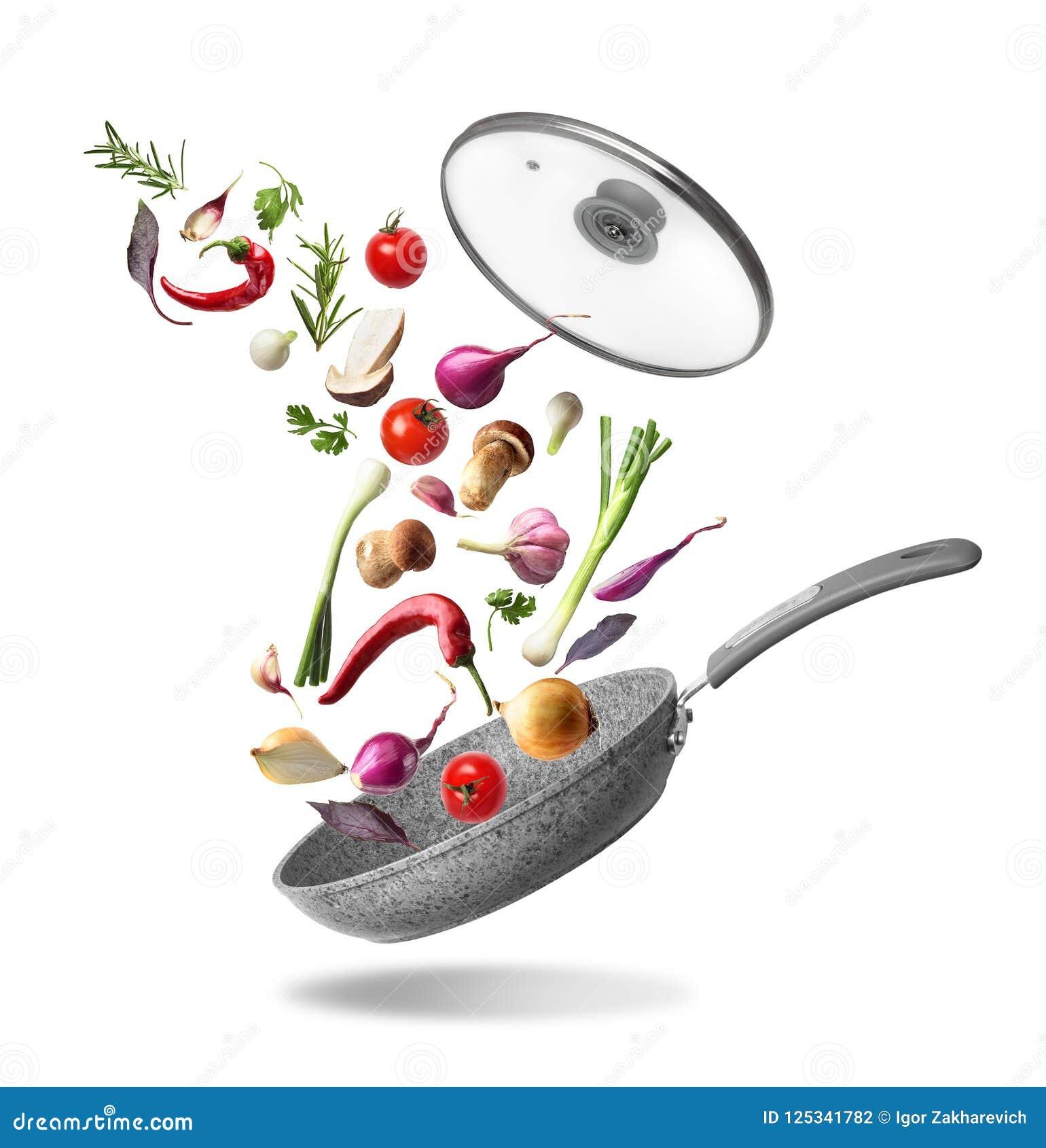 Pan met deksel en vliegende die groenten, op witte achtergrond wordt geïsoleerd