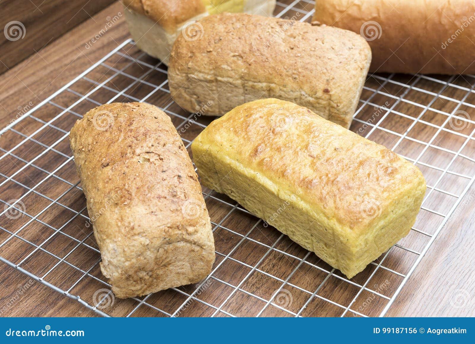 Pan mezclado de muchos panes hechos en casa en la tabla de madera
