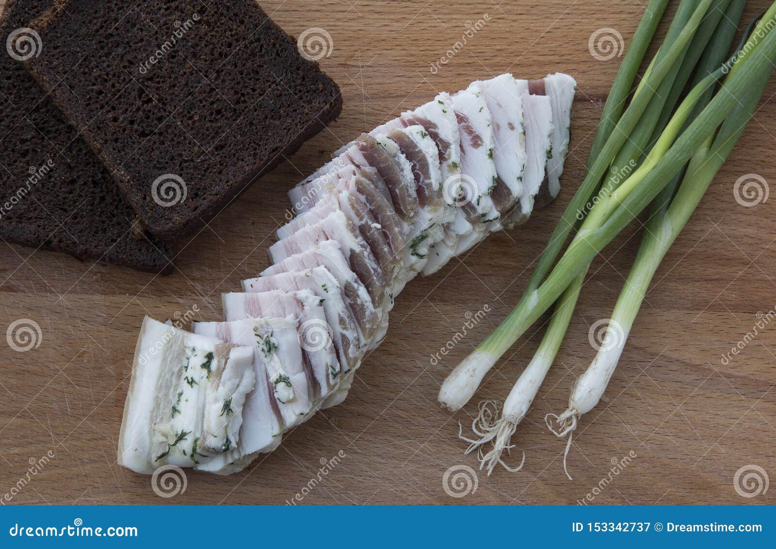 Pan negro, manteca de cerdo, cebollas verdes