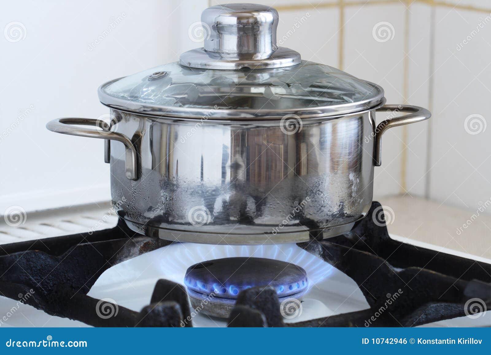 Pan op het fornuis van de keuken stock foto afbeelding 10742946 - Keuken op het platteland ...