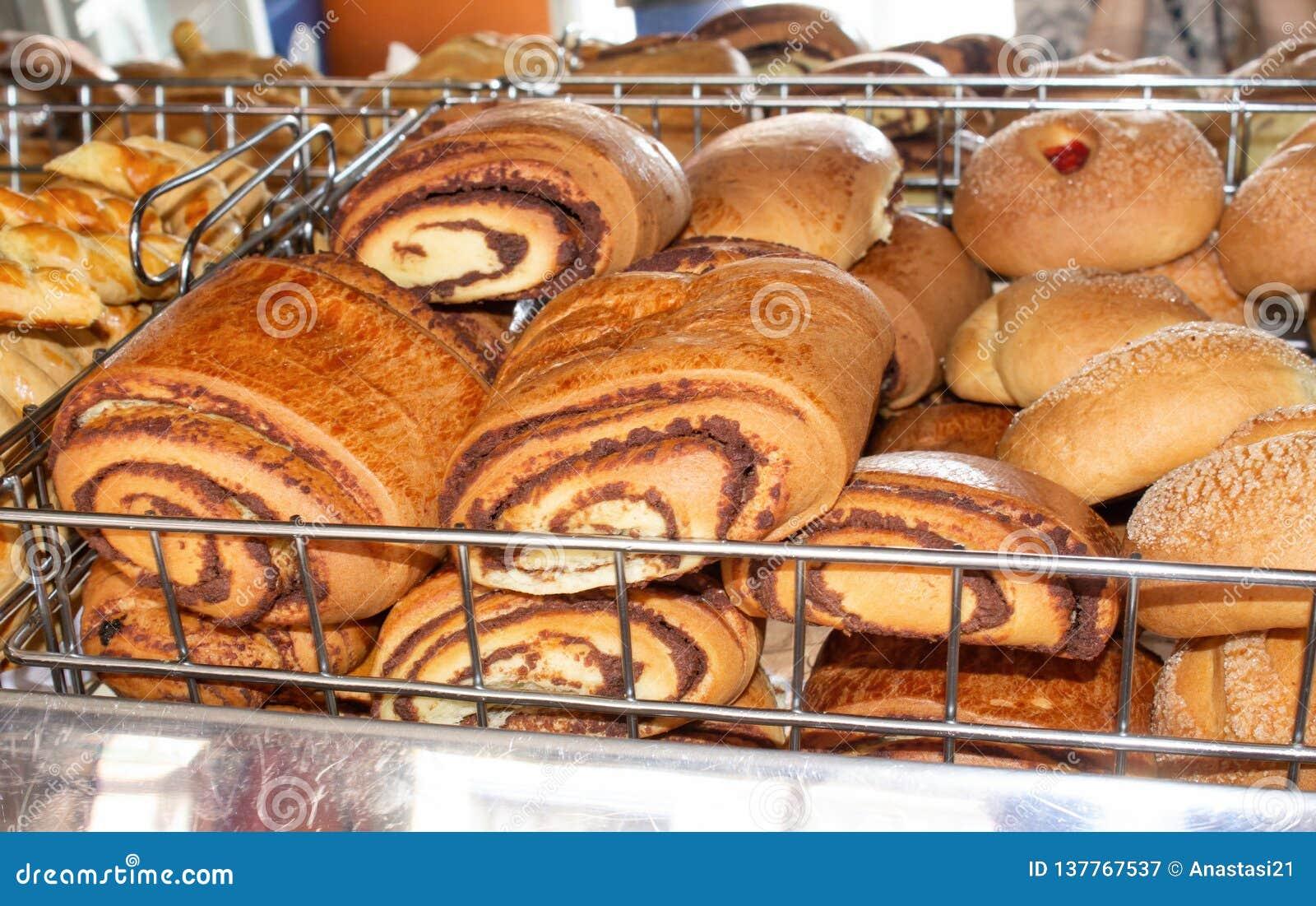 Pan recientemente cocido, estantes con los bollos dulces en la ventana confitería Quito, Ecuador