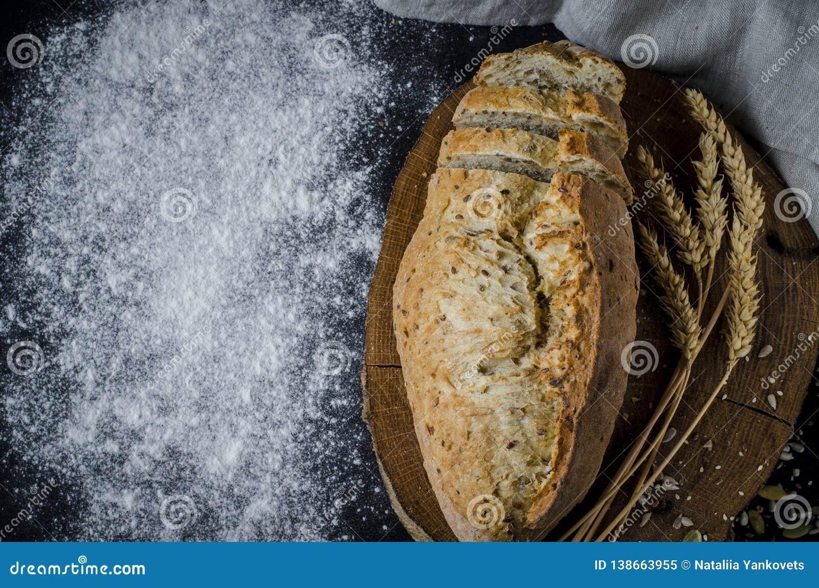 Pan tradicional hecho en casa recientemente cocido en la tabla de madera rústica