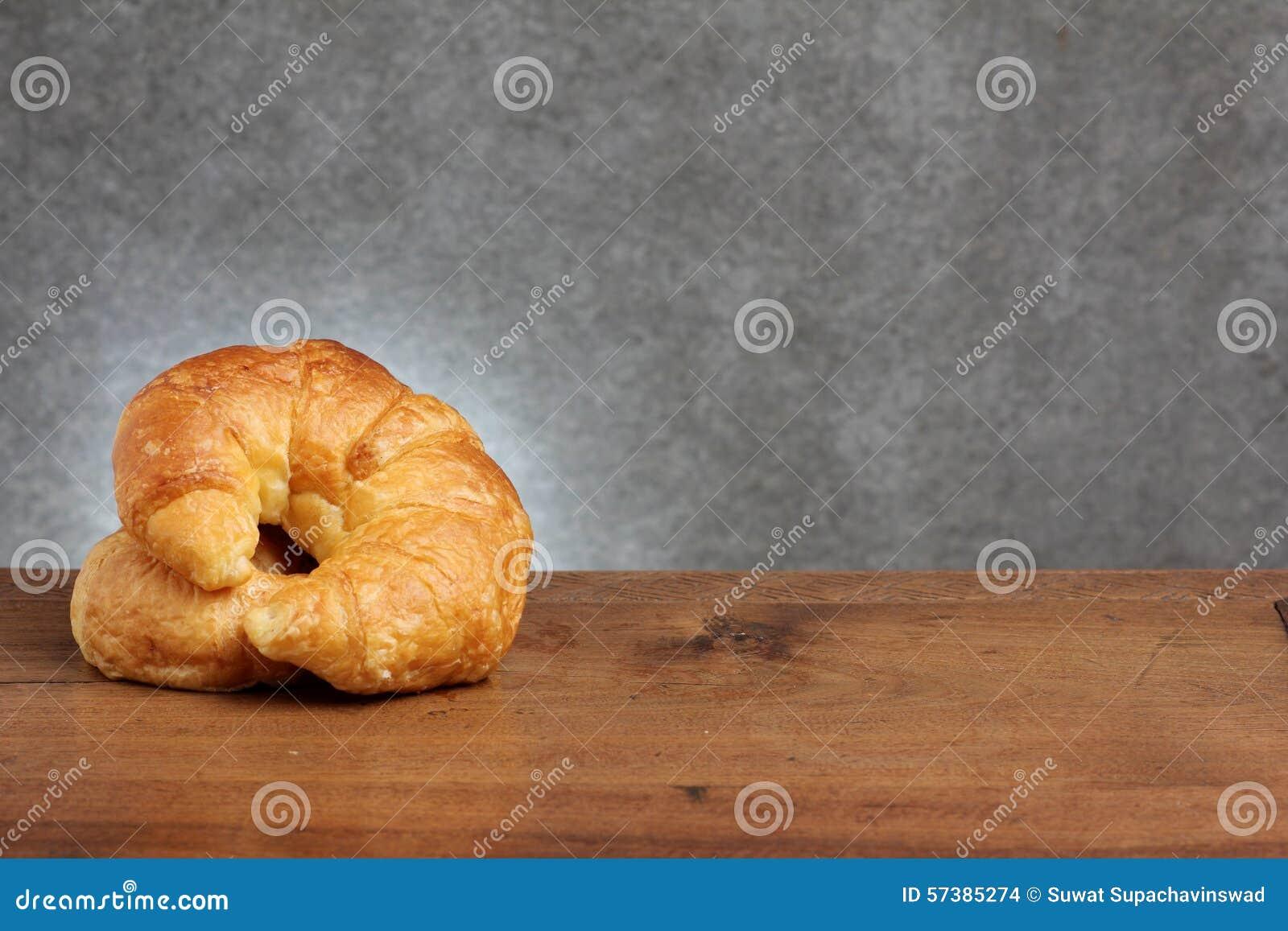 Panadería del cruasán en la tabla del teakwood