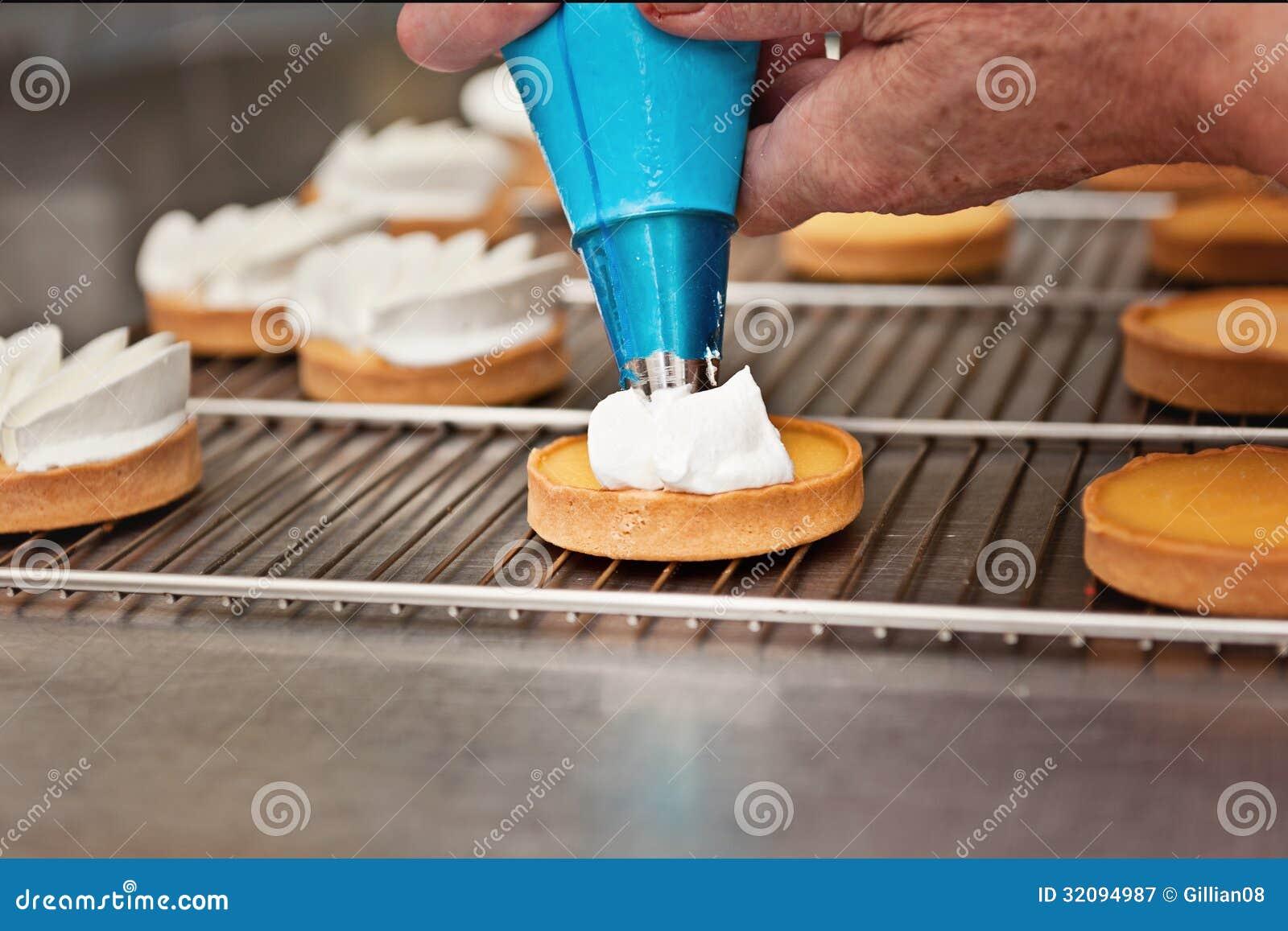 Panadero comercial en el trabajo, tartas del limón