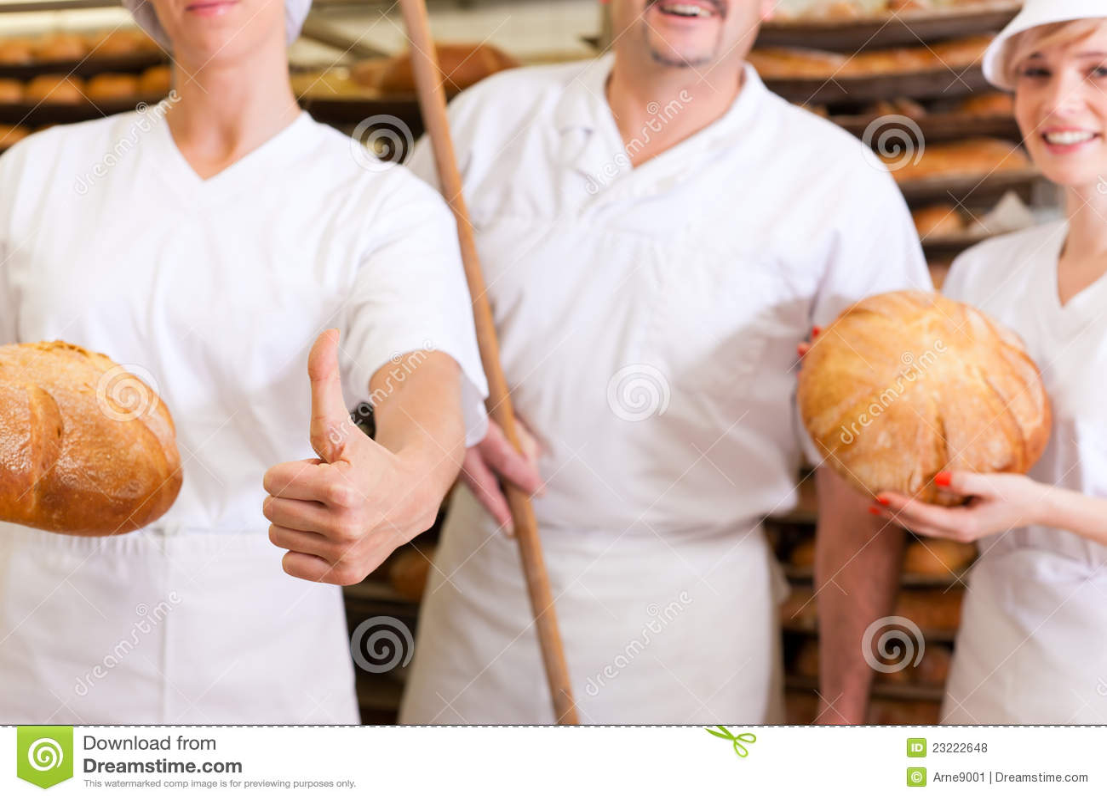 Panadero con sus personas en panadería