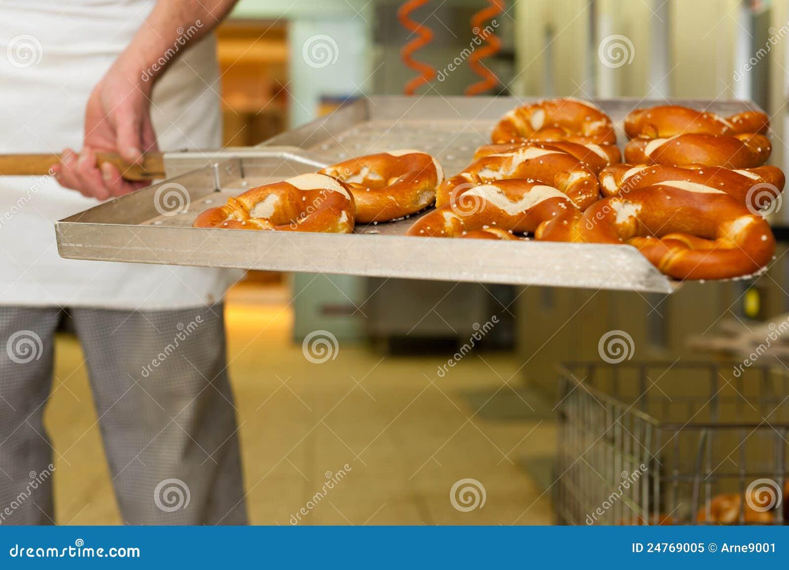 Panadero en su panadería