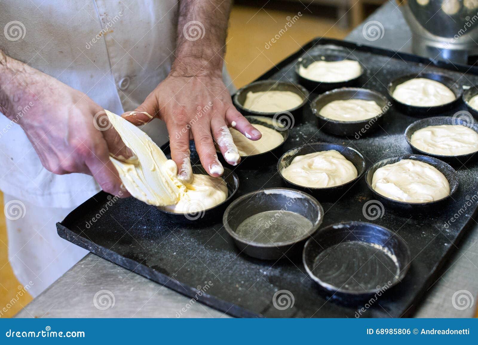 Panadero que hace los pasteles en una panadería
