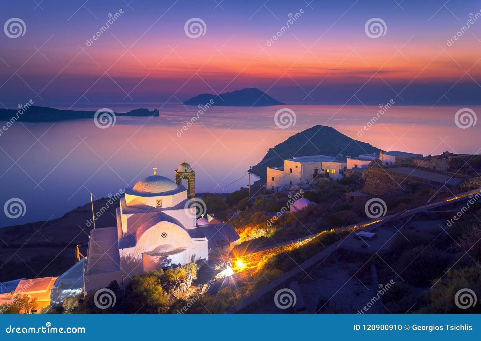 Panagia Thalassitra kyrka och Plaka bysikt på solnedgången, Milos ö, Cyclades