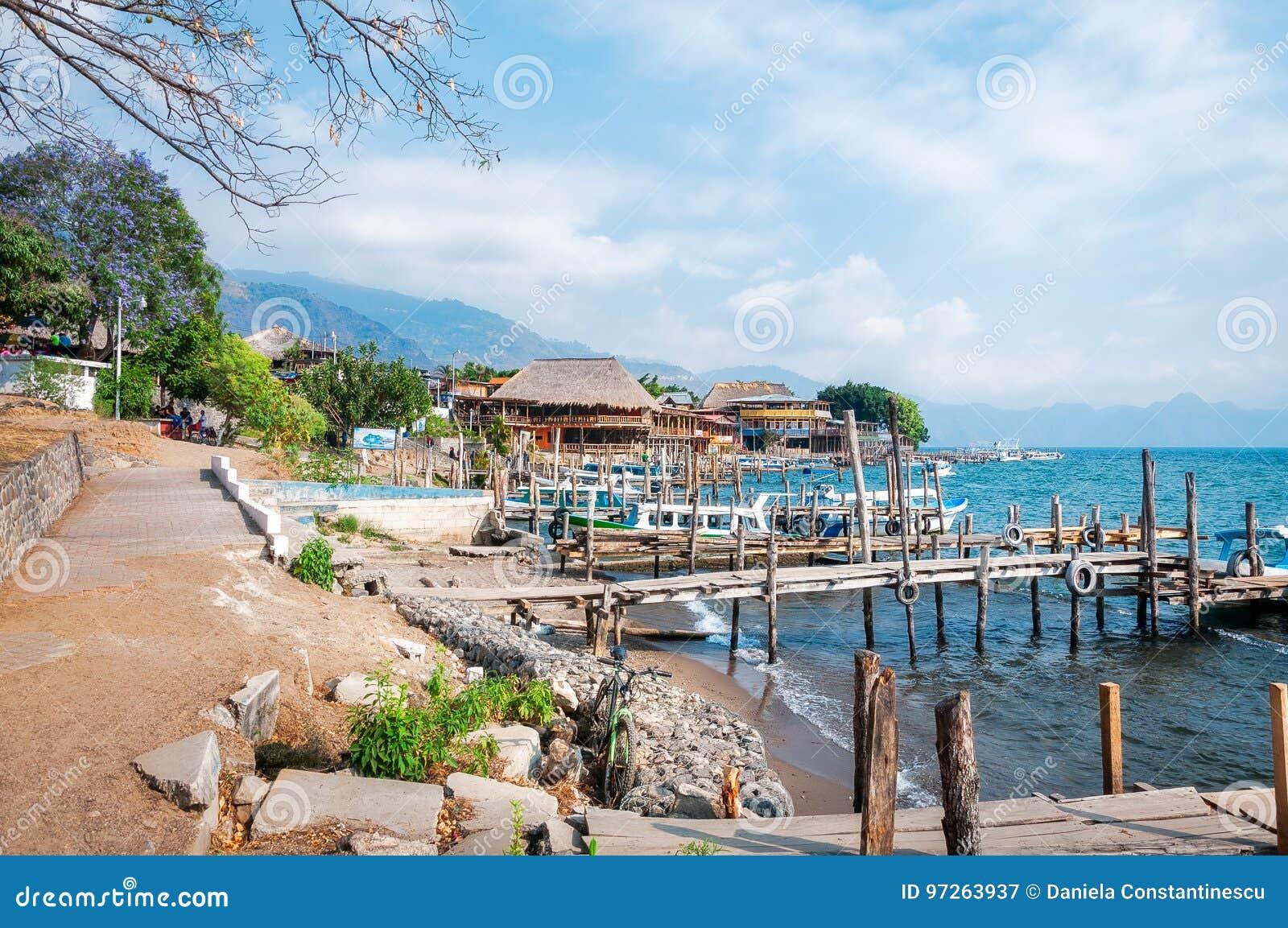Panajachel Dokuje na brzeg Jeziorny Atitlan w Gwatemala