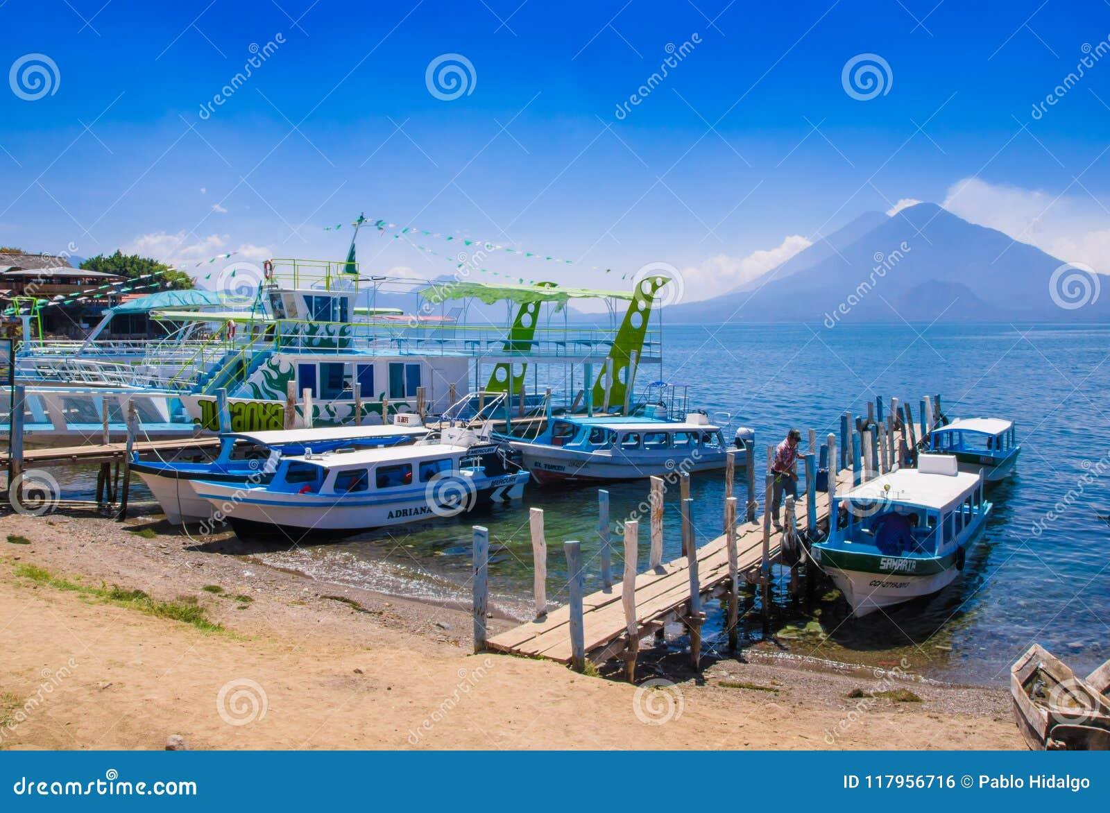 Panajachel, Guatemala - April, 25, 2018: Die Docks in Panajachel mit San- Pedrovulkan im Hintergrund Einige klein
