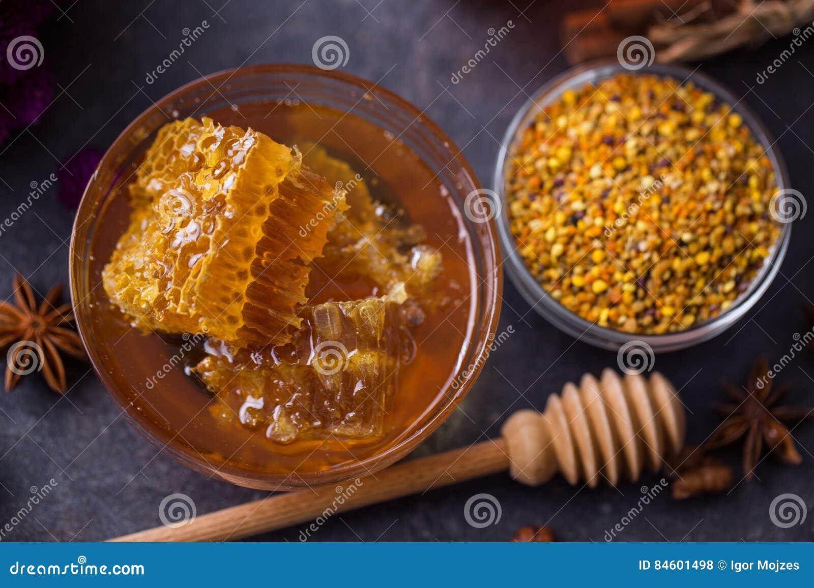 Panal, polen, propóleos, miel en la tabla