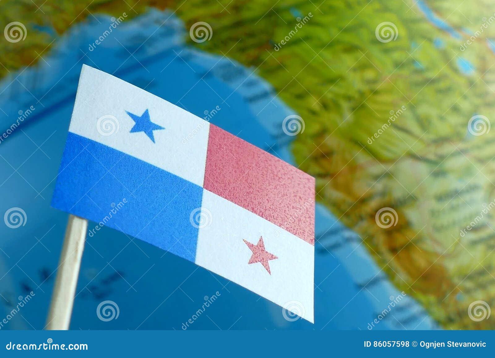 Panama-Flagge mit einer Kugelkarte als Hintergrund