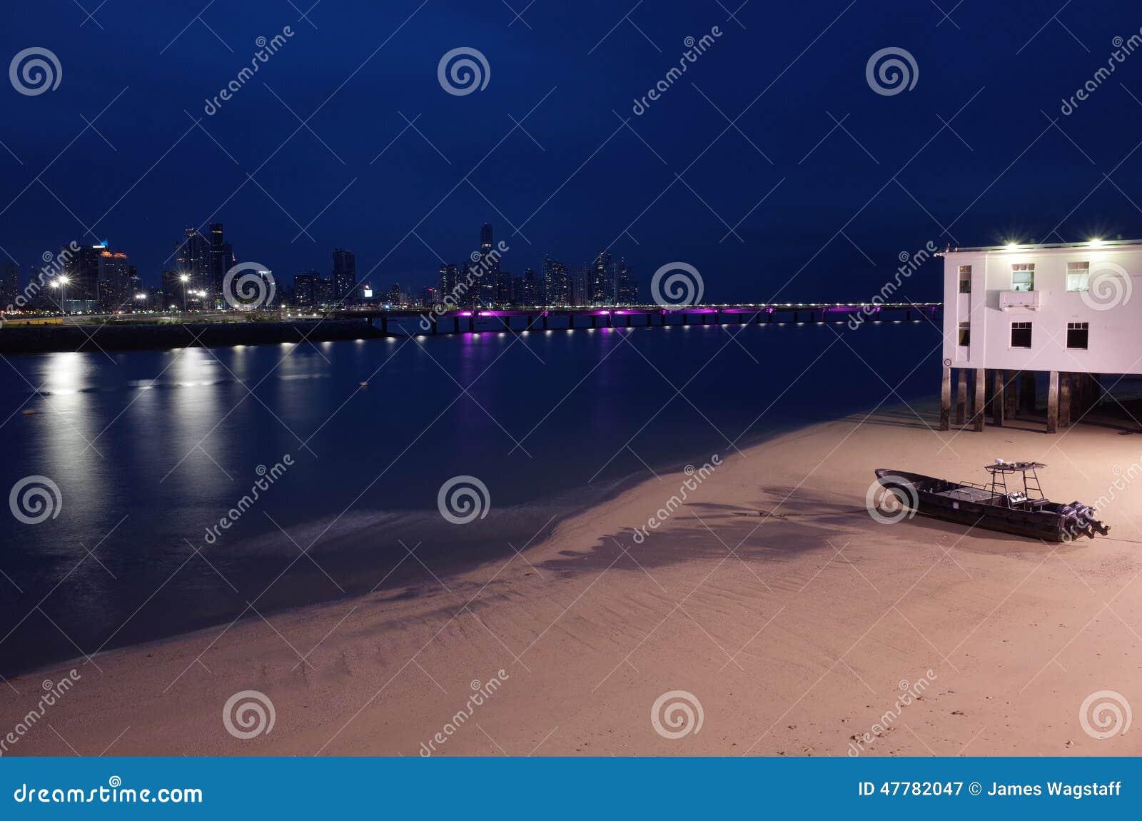 Panamski miasto przy nocą od Casco Viejo