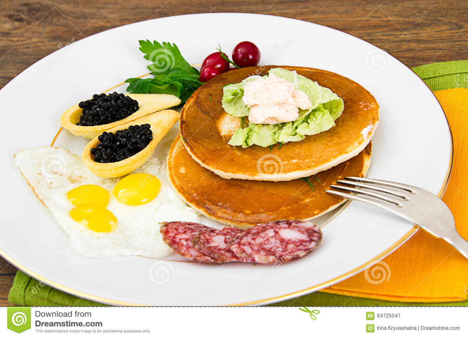 Pancake con le uova di quaglia, carni fredde, cucchiaio della pasticceria